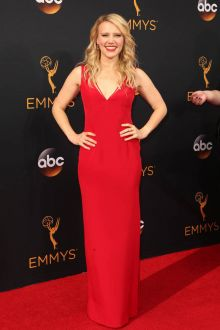 kate mckinnon simple sleeveless plunging red sheath evening dress emmys 2016
