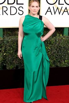 anna chlumsky green satin long red carpet prom dress golden globes 2017